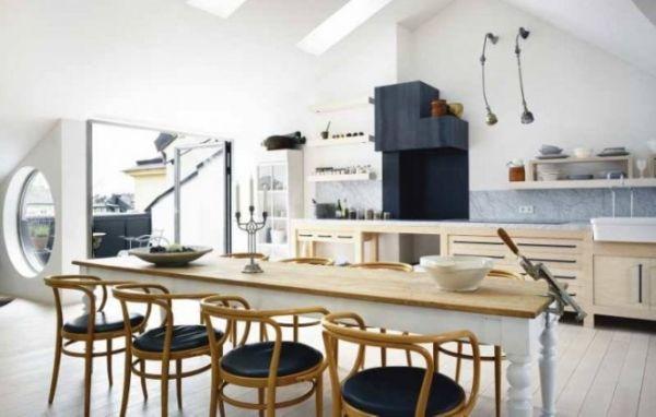 Műteremlakás étkezője thonet székekkel