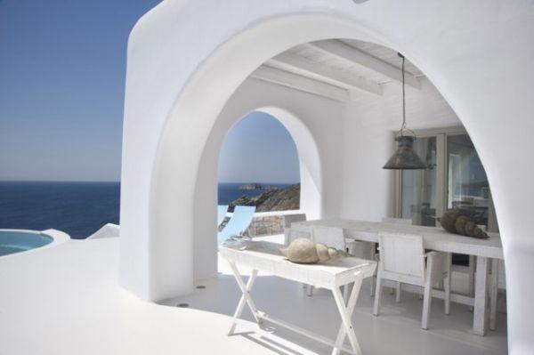 Görög terasz fehér fal fehér teraszbútor