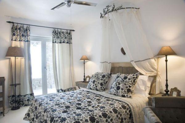 Romantikus mediterrán hálószoba virágmintás ágytakaróval