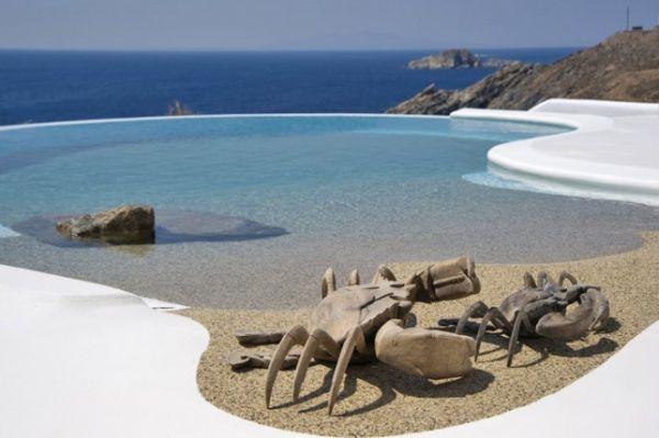 Feszített viztükrű medence, a görög tenger partján