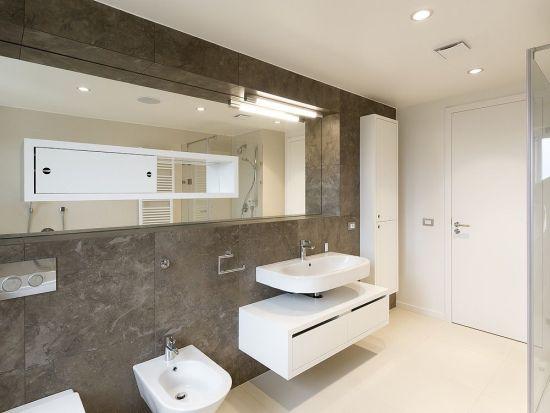 Minimál fürdőszoba tükörbe épített szekrény