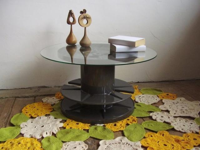Kábeldobból készült dohányzóasztal üveglappal