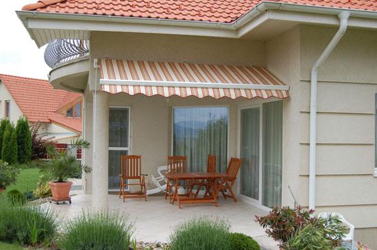 Napellenző egy ürömi ház teraszán