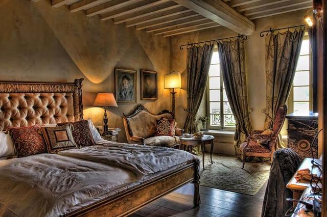 Barokk hálószoba sötétítőfüggönyökkel