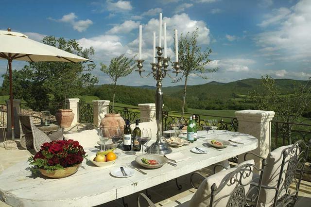 Terített mediterrán étkezőasztal