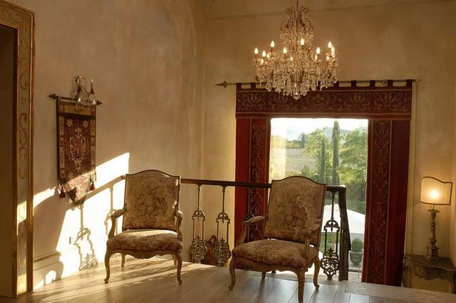 Barokk fotel faliszőnyeg és barokk csillár