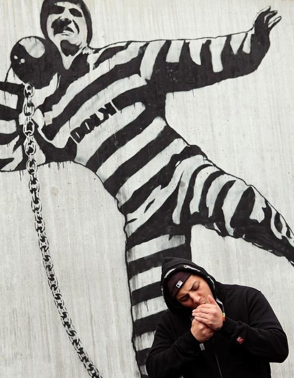 Graffiti a börtönudvaron