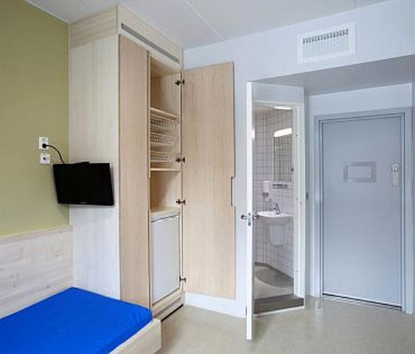 Beépített szekrény hűtővel börtönben