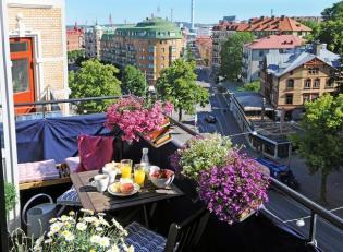 Növénydekoráció és kerti bútor ötletek kis méretű erkélyekre