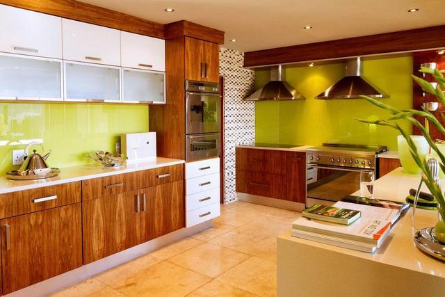 Konyhai üvegfal banánzöld színben