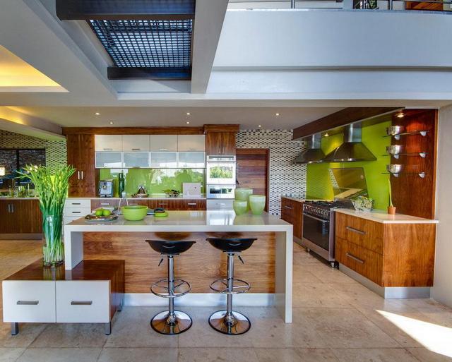 Szigetes konyha és reggelizőpult faburkolattal