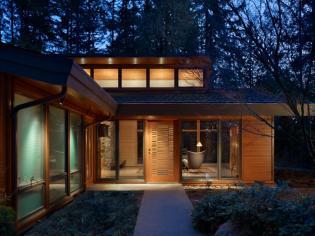 Újjávarázsolt modern ház az erdő mélyén
