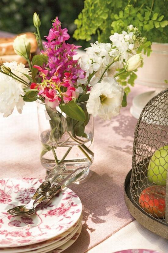 Kerti asztal dekoráció virágcsokorral