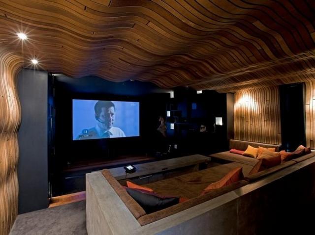 Házimozi szoba egyedi fa falburkolat