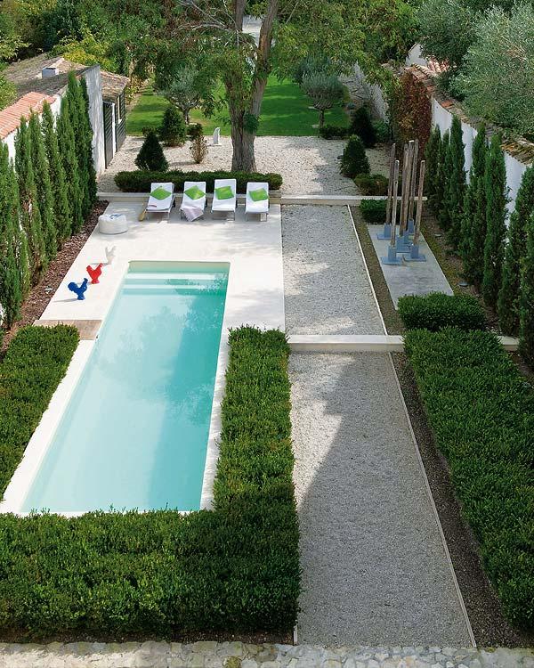 Francia kert úszómedencével