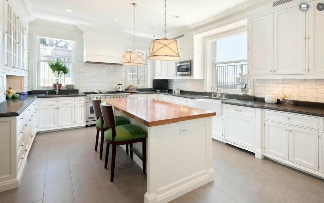 Modern penthouse lakás klasszikus fehér konyha