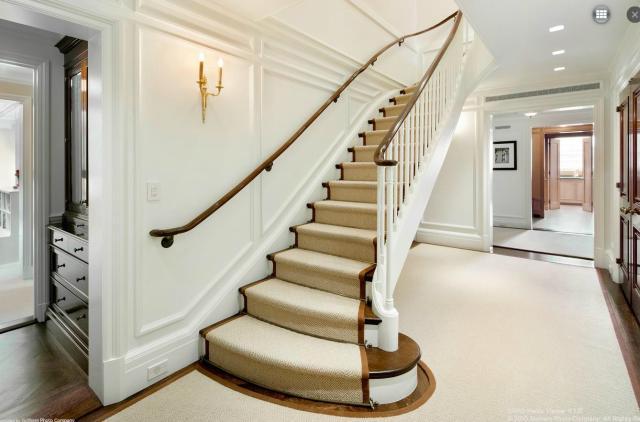 Modern penthouse lakás lépcső és korlát