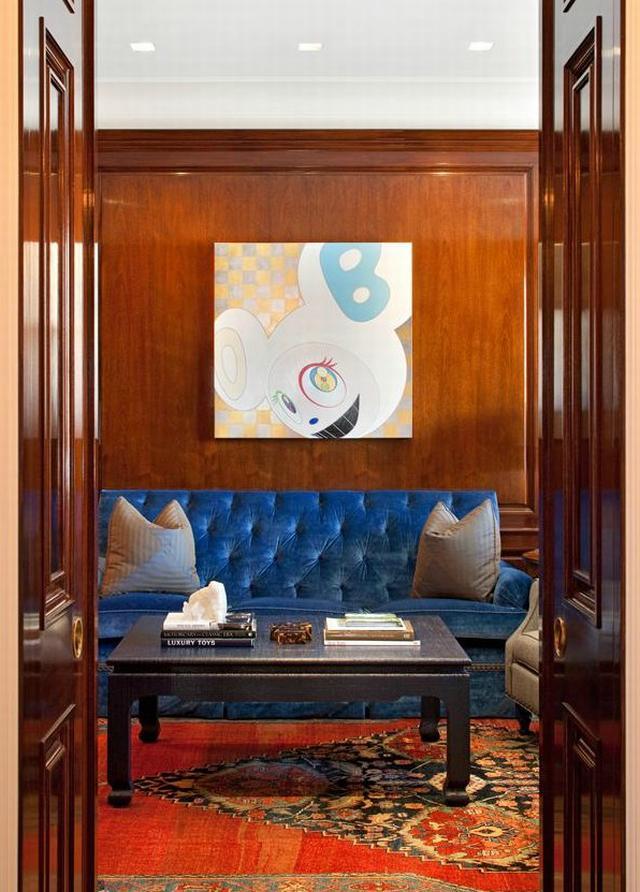 Modern penthouse lakás kék bőrkanapé