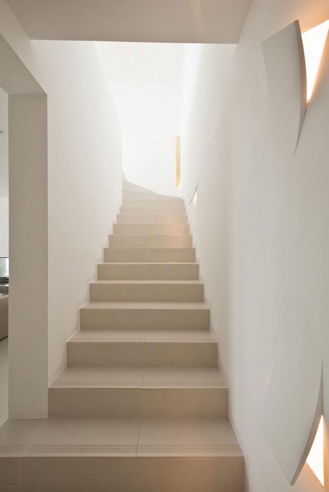 Lépcsőfeljáró design lámpákkal