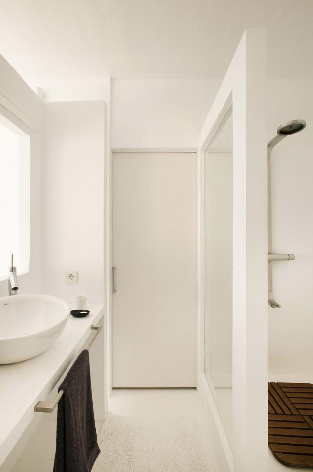 Fehér letisztult fürdőszoba