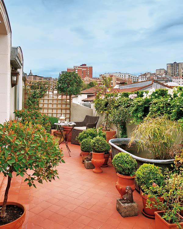 Spanyol mediterrán terasz berendezés növénytartók