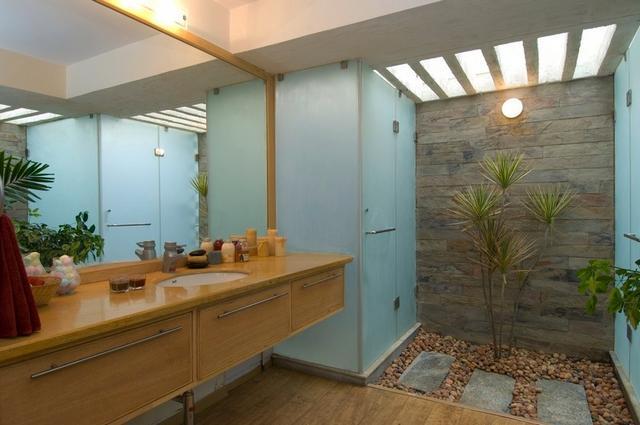 Modern fürdőszoba kavicsok és zuhanyzó