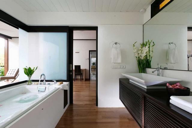 Modern fehér fürdőszoba