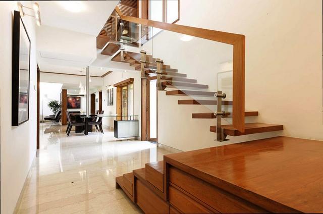 Minimál lépcső üveg és fa
