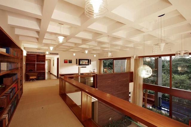 Galéria modern többszintes házban