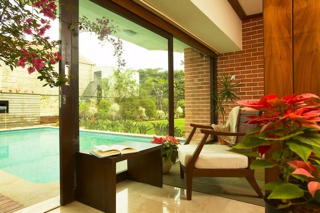 Modern otthon udvari medencével