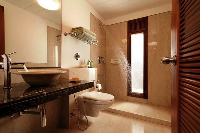 Modern fürdő esőztető zuhanyzóval