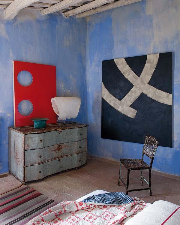 Kortárs festmény egy felújított parasztházban