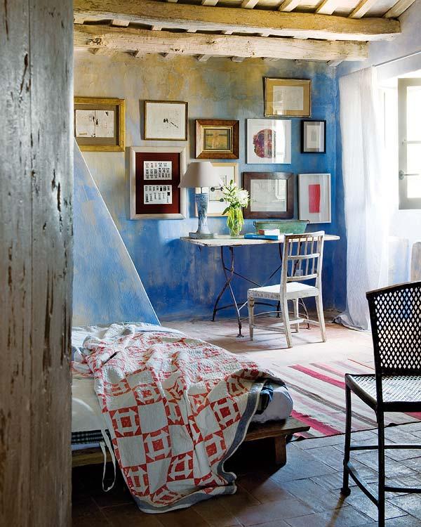 Íróasztal a hálószobában dekoratív képekkel