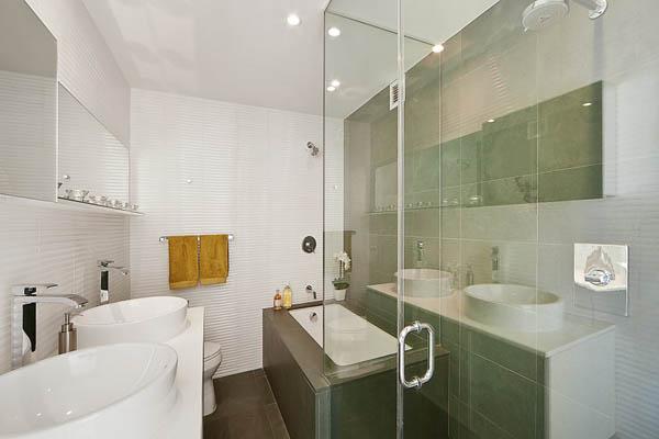 Kétszintes penthouse modern fürdőszobája
