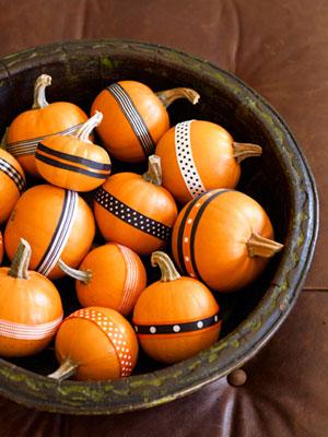 Őszi dekorációs ötletek sütőttök díszítés szalagokkal