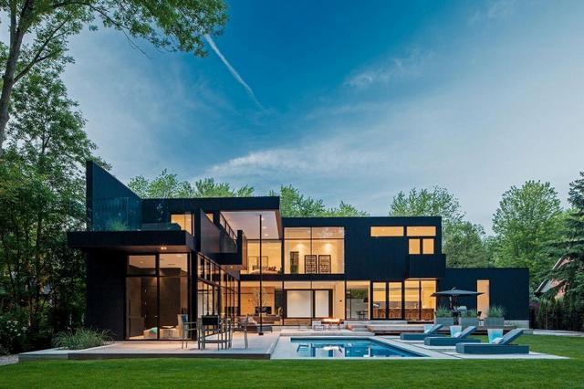 Modern kanadai ház fekete homlokzattal