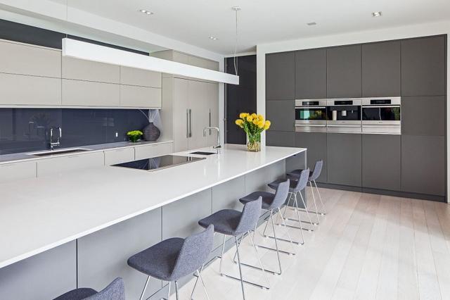 Szigetes konyha hat személyes reggelizőpulttal