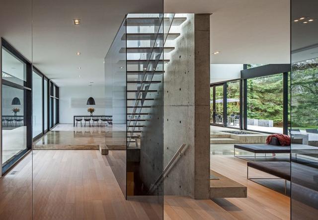Lépcső üvegfallal és szalagparketta