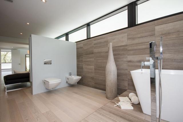 Fa hatású kőburkolat fürdőszobában