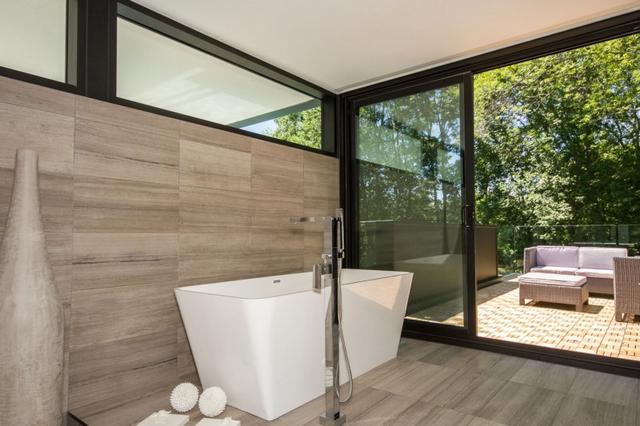 Térben álló fürdőkád teraszkapcsolattal