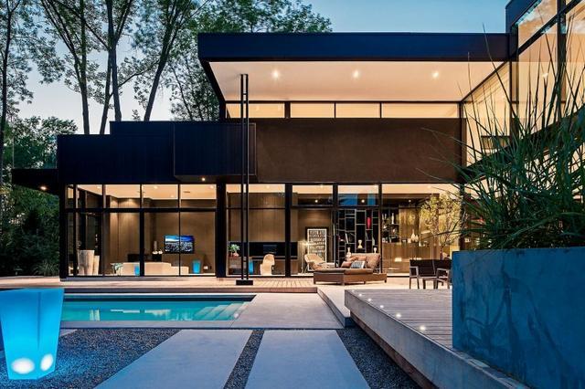 Modern kanadai kétszintes ház medencével