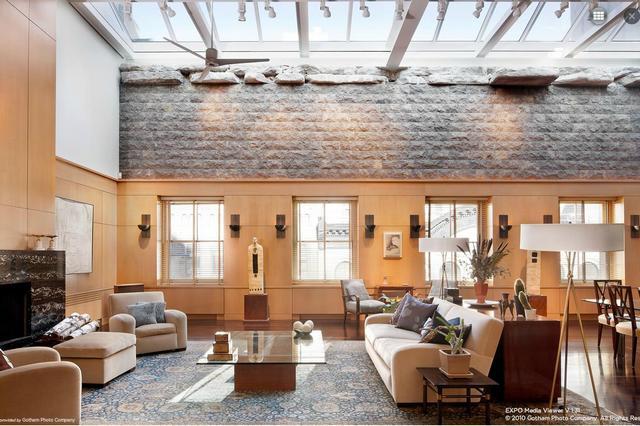 Loft lakás üvegtetővel világos ülőgarnitúrával