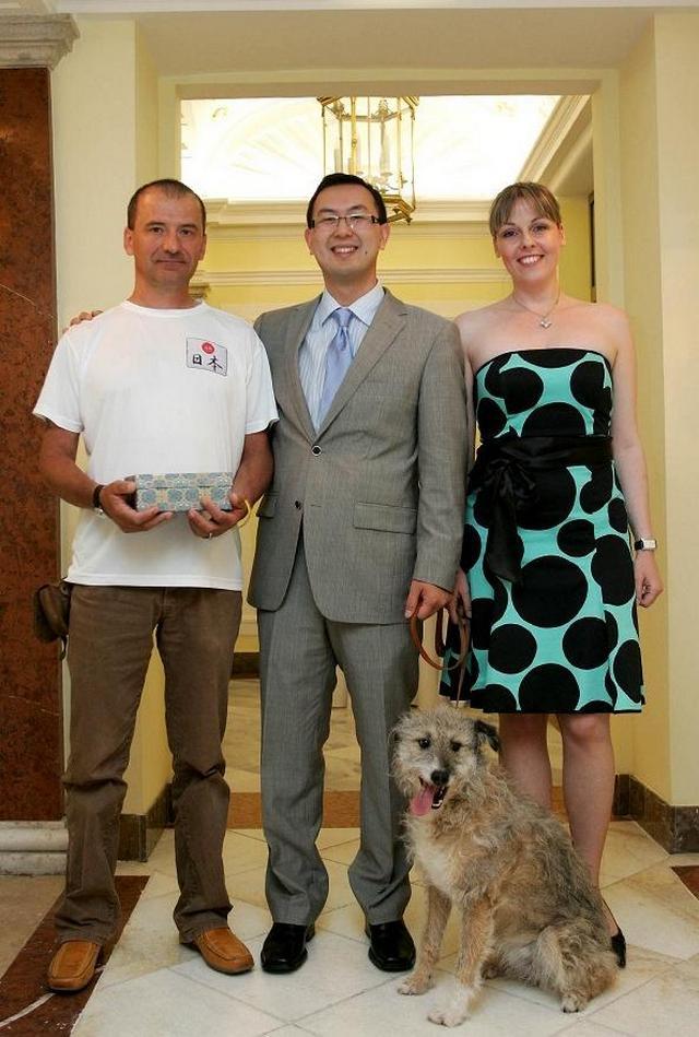Szekeres Gábor a HEROS kutyaotthon vezetője Do Hong Nam és Czirják Eszter és Tökmag a kutya
