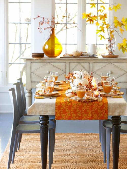 Őszi asztaldekoráció színes falevelekkel