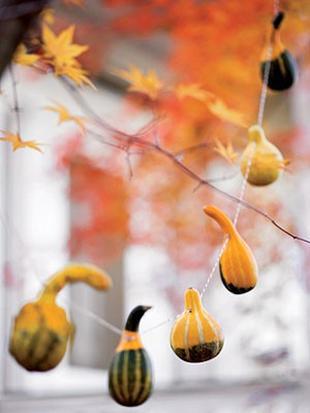 Őszi kerti dekoráció felfűzött dísztökkel