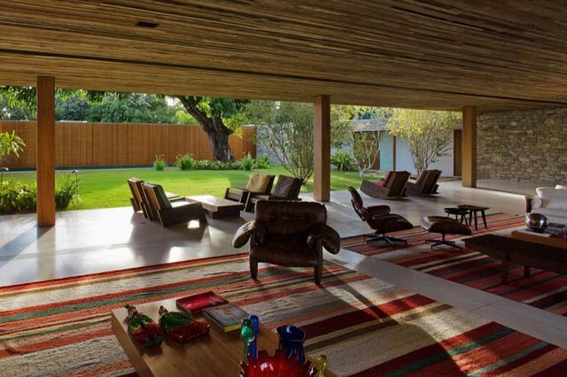 Szőtt csíkos szőnyeg és modern kerti bútor