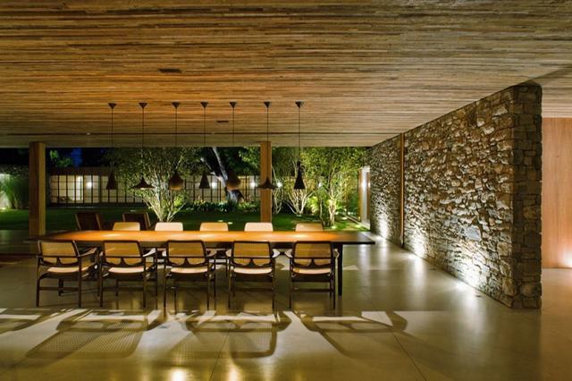 Fal kőburkolattal egyedi megvilágítással