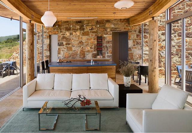 Nappali és konyha fehér kanapék kőburkolat
