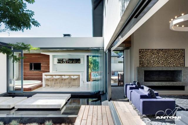 Eltolható üvegfalak nappali és az udvar egysége