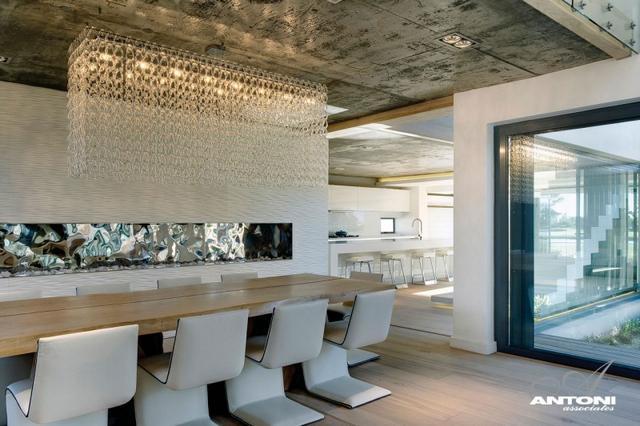Modern étkező garnitúra kristálylámpával